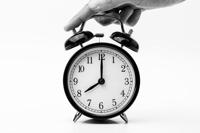 reloj en blanco y negro