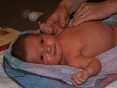 aceite para masajes de bebé en los brazos