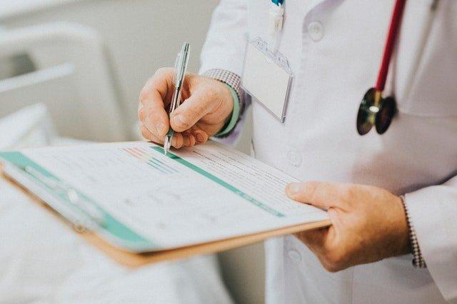 doctor escribiendo