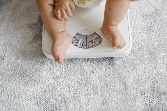 beneficios de la mochila portabebés es que cuida del peso del bebé
